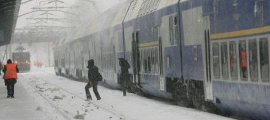 Trenuri CFR Calatori anulate in Constanta din cauza ninsorii si viscolului. Trenurile au fost oprite in gari