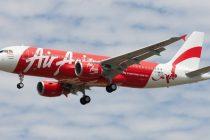 O bucata din coada avionului Airbus A320-200 a fost scoasa din apa la doua saptamani dupa prabusirea aeronavei
