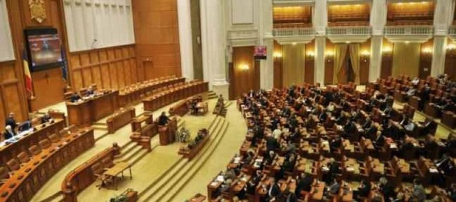 USR protesteaza in plenul Camerei Deputatilor la dezbaterea privind legile justitiei