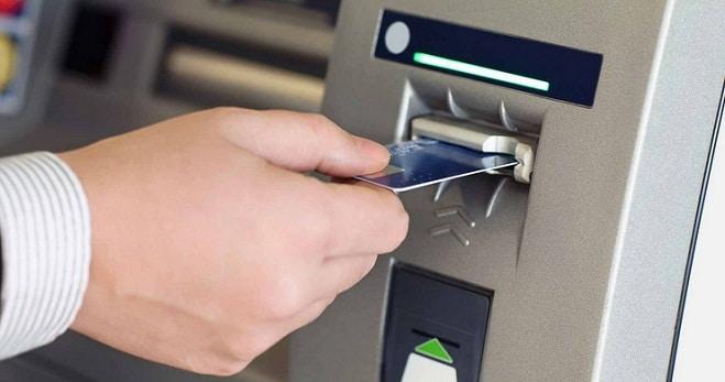 ATM-urile ar fi trebuit, din 3 martie, sa afiseze pe ecran comisioanele percepute la tranzactii