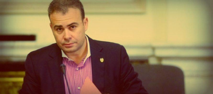 Centrul pentru Combaterea Antisemitismului l-a reclamat pe Darius Valcov pentru ca l-a afisat pe Iohannis in chip de Adolf Hitler