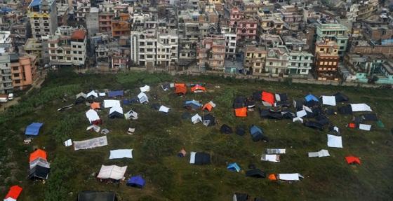 CUTREMUR NEPAL: Numarul victimelor ar putea atinge 10.000. Locuitorii sapa cu mainile goale incercand sa-i gaseasca pe cei dragi