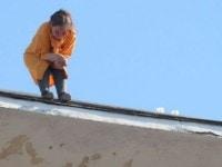 Sinucidere fara drept de apel in Bucuresti! Femeia care a stat 35 de ore pe acoperisul unui bloc s-a aruncat pana la urma in gol