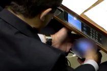 Un politician urmarea filme porno in Parlament, in timpul unei dezbateri legislative importante. VIDEO