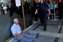 Un australian pleaca in Grecia pentru a-l ajuta pe batranul din celebra poza care il infatiseaza stand pe asfalt
