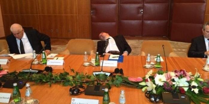 Dan Mihalache doarme la o intalnire oficiala