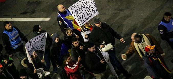 Incidente la protestele din Piata Universitatii, protestatarii s-au imbrancit cu jandarmii