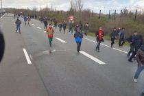 VIDEO REVOLTATOR! Un sofer din Ungaria a vrut sa intre cu TIR-ul in imigranti