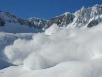 Risc de avalansa in Muntii Bucegi si Fagaras, salvamontistii au fost deja chemati de doua grupuri de turisti