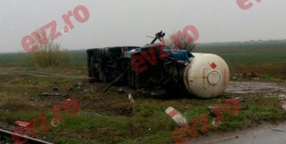 Accident pe Centura Capitalei. O cisterna incarcata cu GPL, lovita de un tren Regio in zona Tunari