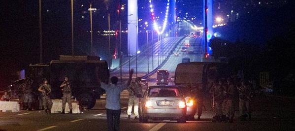 LOVITURA DE STAT IN TURCIA - UPDATE: Ultimele informatii indica 90 de morti si 1.154 de raniti la Ankara si Istanbul, cel emai multe victime sunt civili. Recep Erdogan s-a intors la Istanbul si a mers in mijlocul sustinatorilor, fortele din Istanbul incearca sa curete zona podului din Istanbul. 250 de soldati s-au predat, o parte dintre ei ocupau podul peste Bosfor.