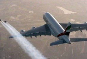 Aviatia atinge noi culmi! Zbor in echipa cu un avion A380 al Emirates Airline si duo-ul Jetman Dubai