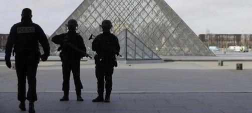 Atac la Paris langa Muzeul Luvru, agresorul a fost impuscat