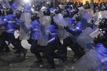 Un jandarm a fost batut de colegi. Ofiterul a fost prins intre protestatarii violenti si cordonul de jandarmi