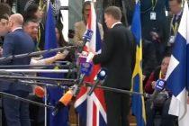"Presedintele Iohannis a mutat un steag britanic la conferinta de presa de la Bruxelles. ""Un gest meschin"", a reactionat presa din Marea Britanie"