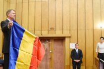 Primarul din Miercurea Ciuc i-a daruit lui Iohannis steagul secuiesc. Presedintele Romaniei i-a raspuns pe masura. FOTO