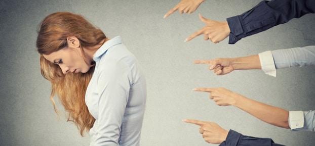 Psihologul Lenke Iuhos: Aratatul cu degetul este o epidemie psihologica, un gest contagios care poate lasa urme in sufletul celor din jur