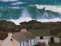 Uraganul Ophelia face prapad in Irlanda: Morti, scoli inchise, zeci de mii de locuinte fara energie