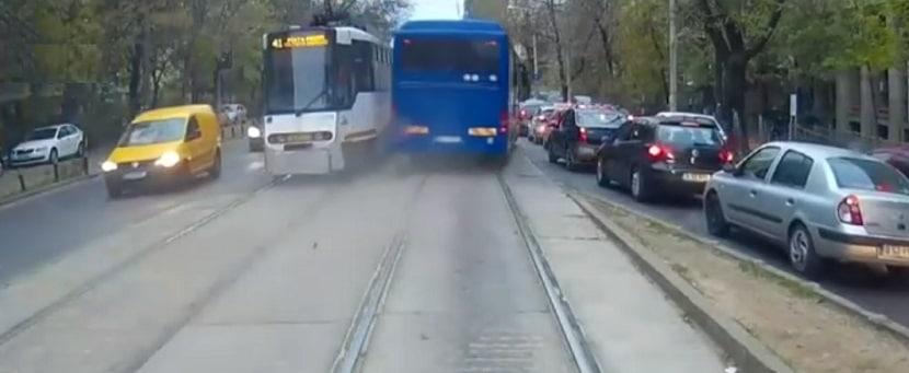 Un autocar al Jandarmeriei (MAI) a fost surprins video pe linia de tramvai, la un pas de tragedie