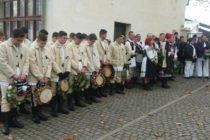 Dubasii din Savarsin, cei mai populari colindatori din vestul Romaniei, moment de reculegere pentru Regele Mihai