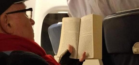 Medicul Mihai Lucan, surprins intr-un avion pe ruta Bucuresti - Cluj citind o carte despre criminali acuzati pe nedrept