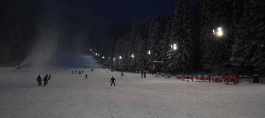 Partiile de schi din Poiana Brasov au fost deschise, schiorii profesionisti au coborat partia Bradul cu tortele aprinse