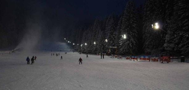 Partiile de schi din Poiana Brasov au fost deschise, schiori profesionisti au coborat partia Bradul cu torte aprinse