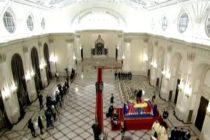 Regele Mihai isi asteapta poporul la Palatul Regal. La intoarcerea de la Sinaia, cateva sute de oameni l-au asteptat in strada