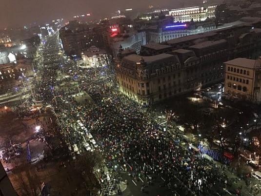 Protest de amploare in Bucuresti. Mii de romani au aprins lanternele in Piata Constitutiei la `Revolutia generatiei noastre`. UPDATE