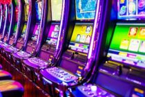 Istoria slot machine incepe in 1887. Versiunea online a inventiei lui Charles Fey este experimentata astazi de milioane de jucatori