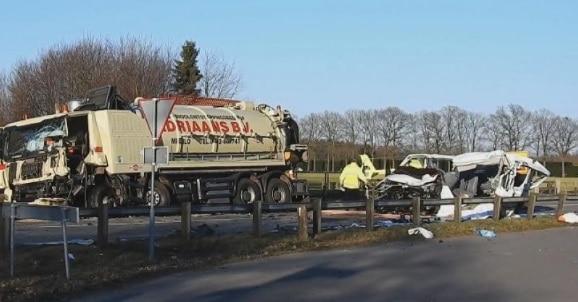 Romani morti intr-un accident in Olanda, microbuzul in care se aflau s-a ciocnit de un camion