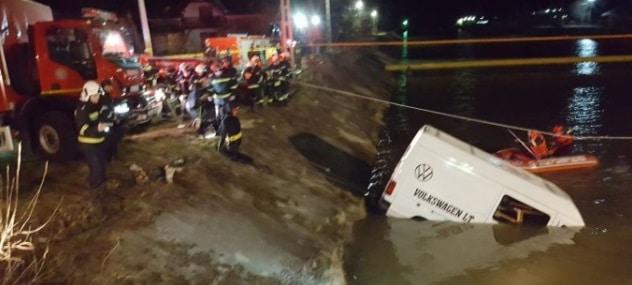ACCIDENT DE MICROBUZ IN NEAMT, soldat cu noua morti. Accidentul s-a produs in localitatea Viisoara, comuna Alexandru cel Bun, microbuzul a cazut in raul Bistrita