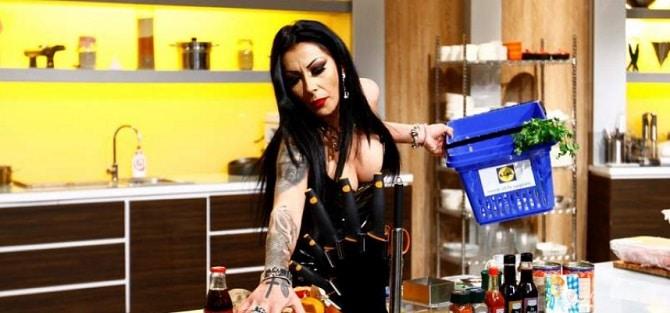 """CHEFI LA CUTITE 10 APRILIE 2018. Oana Stamate face videochat, dar e pasionata de bucatarie. A fost una dintre cele mai marcante aparitii din platoul """"Chefi la cutite"""""""