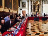 Ce s-a discutat in spatele usilor inchise la sedinta Comisiei de la Venetia: Juristii PSD cauta o solutie de avarie, respectiv sa modifice doar unele articole