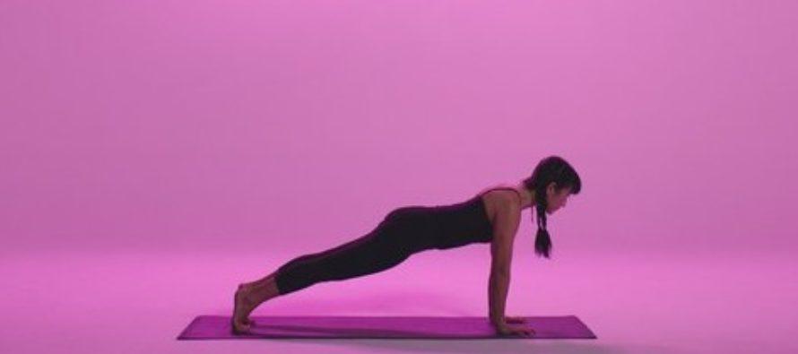 Abdomenul, primul care tradeaza kilogramele in plus. Profesoara de yoga Dana Tupa ne explica beneficiile plank-ului, unul dintre ele mai eficiente exercitii pentru arderea caloriilor