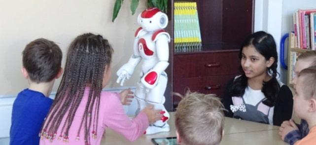 Roboti in locul profesorilor la o scoala din Finlanda. Elias vorbeste 23 de limbi straine si danseaza Gangnam Style