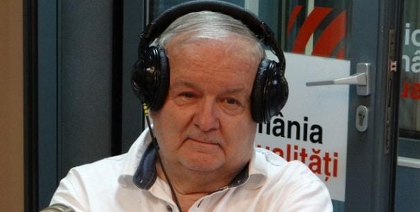 """Comentatorul sportiv Cristian Topescu, în vârstă de 81 de ani, a fost transportat de urgență, marti, la Spitalul Elias din București din cauza unei crize de diabet zaharat. Starea acestuia este gravă, dar stabilă, a spus purtătorul de cuvânt al spitalului, dr. Silviu Negoiţă. In acestă dimineață, o ambulanță a fost solicitată la locuința lui Cristian Ţopescu, care ar fi suferit o criză de diabet zaharat decompensat. Medicii l-au stabilizat și au decis să îl transporte la Spitalul Elias din București unde a rămas internat. Iniţial, ambulanţa a fost solicitată la domiciliul celebrul comentator sportiv crezându-se că este vorba despre o colica renala. Cristian Ţopescu este internat la secţia de Terapie Intensivă din cadrul Elias. Potrivit medicului, Cristian Ţopescu, în vârstă de 81 de ani, a fost adus la spital cu ambulanţa. """"Este văzut de o echipă multidisciplinară formată din mai mulţi colegi de-ai mei. În prezent i se face tratament şi urmează investigaţii"""", a mai spus medicul. Fostul comentator sportiv, licenţiat al Institutului de Educaţie Fizică şi Sport (1970), Țopescu suferă de mai multe afecţiuni cronice, printre care şi diabet. Între anii 1964-2004, la TVR, a lucrat ca reporter sportiv, realizator de emisiuni, comentator sportiv, redactor şef sport, director general adjunct TVR. Cristian Ţopescu a avut și un mandat de senator de Bucureşti, în urma alegerilor parlamentare din 30 noiembrie 2008, amintește digisport.ro. În luna martie a anului 2017, preşedintele Klaus Iohannis i-a acordat lui Cristian Ţopescu Ordinul """"Steaua României"""". Cristian Țopescu a mai primit Ordinul Meritul Sportiv, Ordinul Olimpic Colanul de Aur şi Ordinul Naţional Serviciul Credincios în grad de Cavaler. De asemenea, în urma unui decret semnat de preşedintele României în octombrie 2016, colonelul în retragere Cristian Ţopescu a fost avansat la gradul de general de brigadă."""