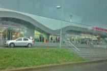 Cursa anulata pe Aeroportul din Iasi din cauza vremii, zborul Londra – Iasi a dat emotii pasagerilor la aterizare. Un avion de mici dimensiuni s-a prabusit tot in judetul Iasi