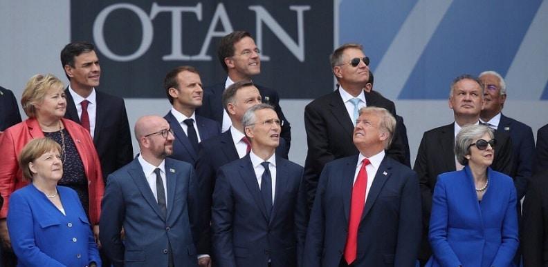 Summitul NATO, surprins perfect intr-o fotografie de grup. Trump, dupa declaratia lui Macron: A sunat minunat. N-am inteles nimic, dar a sunat grozav