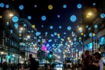 Oxford Street, cea mai aglomerata strada din Londra, isi aprinde luminile de Craciun pe 6 noiembrie. In plus, magazinele ofera o noapte intreaga de shopping