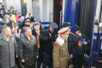 Familia Regala a ajuns la Alba Iulia cu Trenul Regal, fiind primiti cu paine si sare si aplaudati de zeci de oameni