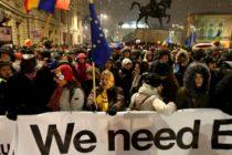 """Protest la Ateneul Roman in timpul ceremoniei de preluare de catre Romania a presedintiei Consiliului UE: """"We want EU, PSD wants Russia"""""""