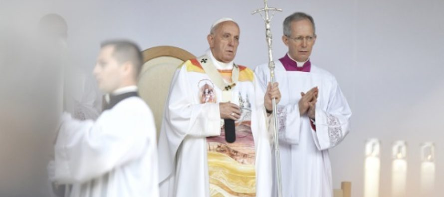 Papa Francisc, ultima zi in Romania: Preacurata Fecioara Maria sa reverse ocrotirea ei asupra tuturor cetatenilor Romaniei. Sapte episcopi martiri au fost beatificati pe Campia Libertatii de la Blaj