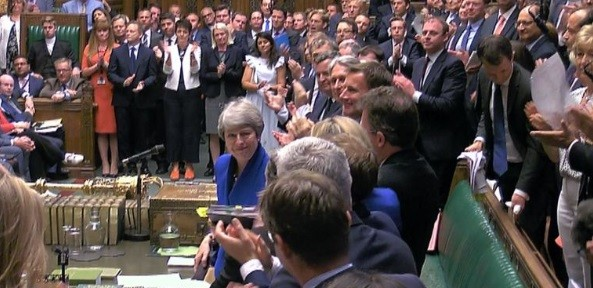 Theresa May, ovationata de parlamentarii din Camera Comunelor in ultima zi in care a detinut functia de premier al Marii Britanii