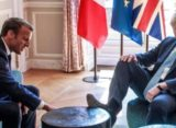 Premierul britanic Boris Johnson si-a urcat picioarele pe mobila, fara niciun pic de jena, la intalnirea cu Emmanuel Macron