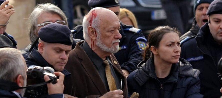 Gelu Voican Voiculescu, bruscat si lovit in Piata Universitatii la comemorarea Revolutiei