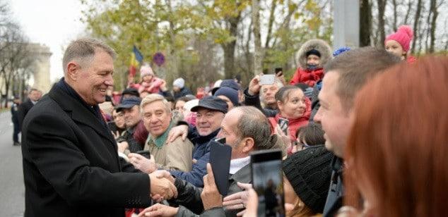 Presedintele Iohannis a dat mana cu romanii care au asistat la parada de 1 Decembrie