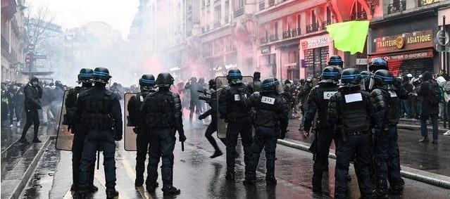 Proteste de amploare in Franta. La Paris, politia a imprastiat manifestantii cu gaze lacrimogene si jeturi de apa