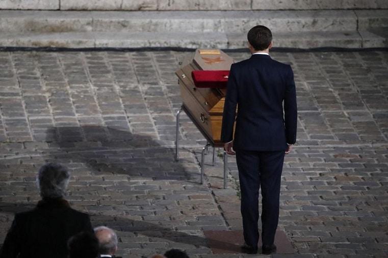 Profesorul Samuel Paty, omagiat de Franta la Universitatea Sorbona. Presedintele Macron l-a decorat post-mortem cu Legiunea de Onoare