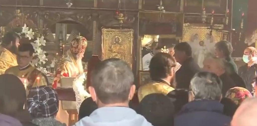 Arhiepiscopul Teodosie a fost surprins fara masca, vineri, inconjurat de 50 de oameni intr-o biserica din Constanta